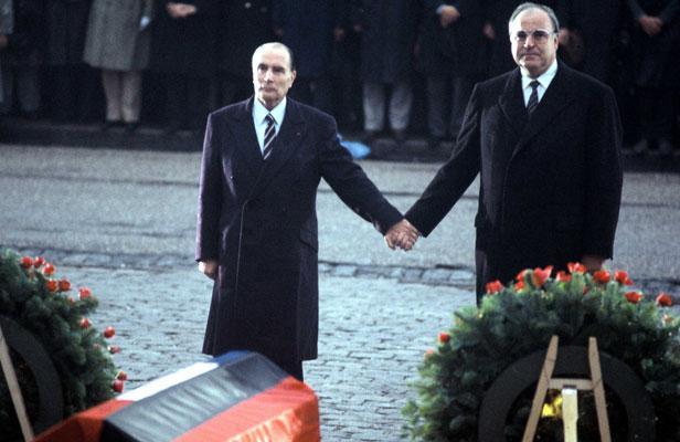 Kohl en Mitterand tijdens een herdenking van de slag van Verdun