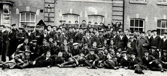 Britse militairen voor de Rabenhauptkazerne in Groningen - oktober 1914