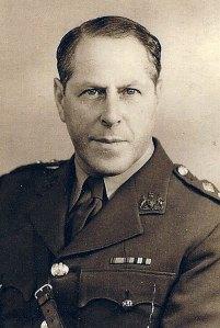 Herbert Sulzbach in Brits uniform tijdens de 2e WO