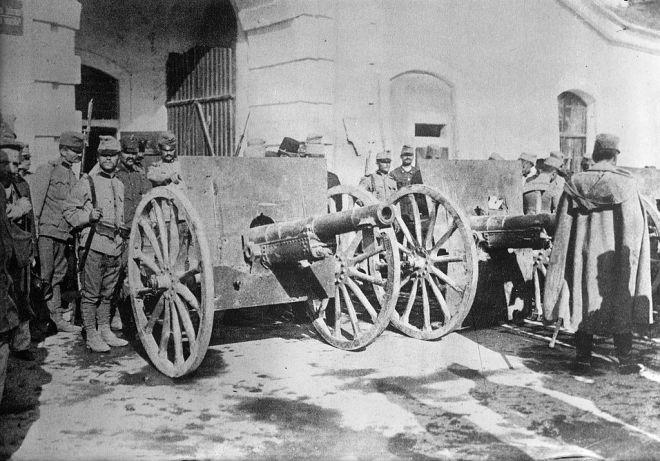 Oostenrijkse soldaten nemen Servische kanonnen in beslag