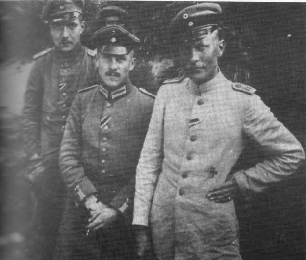 luitenant Reinhardt (helemaal rechts) met 2 andere officieren in 1915