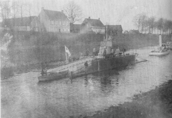 Een duikboot in een vlottend droogdok wordt naar Brugge getrokken (uit oorlog onder water)