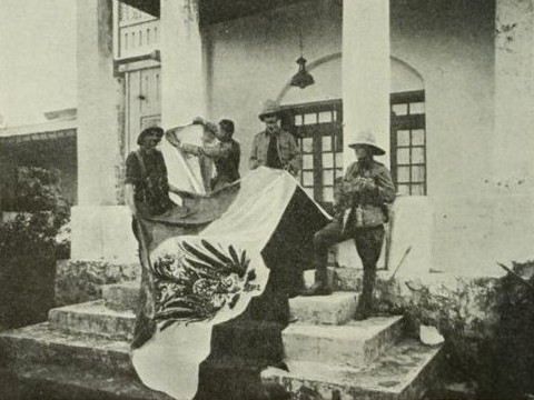 Britse troepen halen de Duitse vlag omlaag in Bukoba - juni 1915