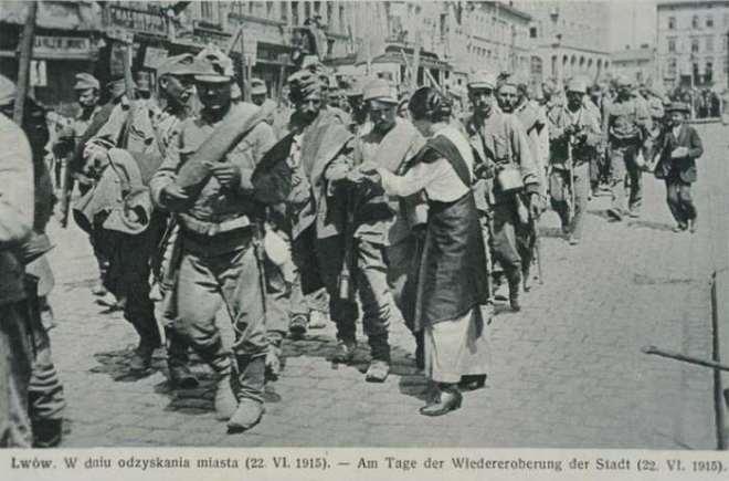 Oostenrijks-Hongaarse soldaten marcheren Lemberg binnen.