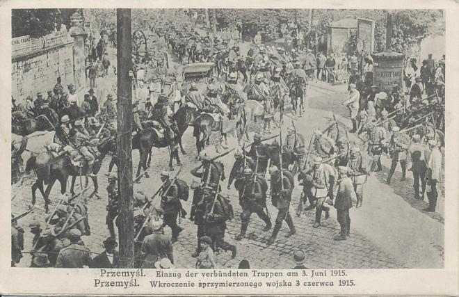 Duitse en Oostenrijks-Hongaarse soldaten trekken Przemysl binnen.