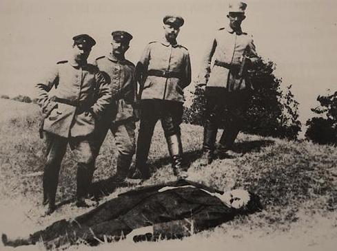 Leander Waeghe omringd door Duitse soldaten
