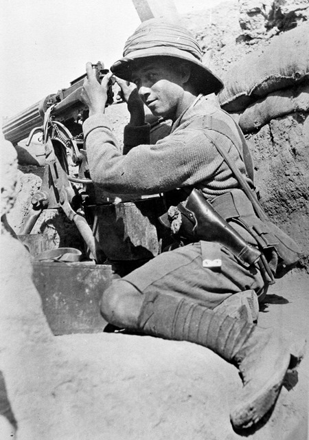 A machine gunner at Sannaiyat, April 1916.