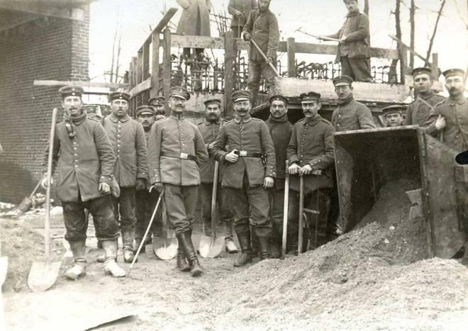 Pionniers-allemands-posant-devant-un-ouvrage-betonne-en-construction-a-Premesques-vers-1916-Coll-JM-Bailleul